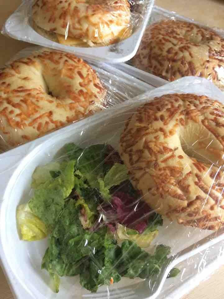 Bagels con ensalada