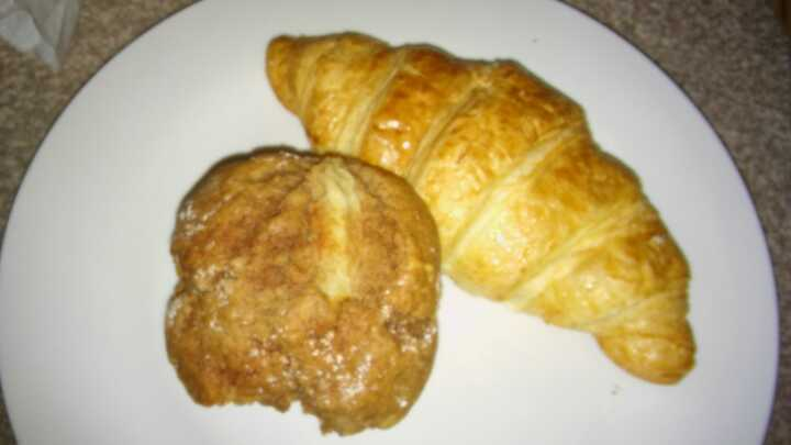 1 plain croissant 1 apple and cinnamon muffin