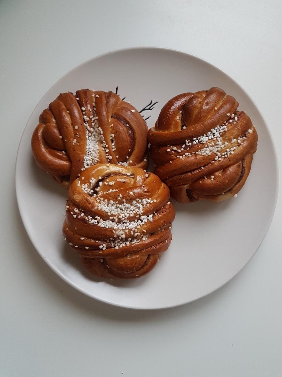 Cinnamon buns x3