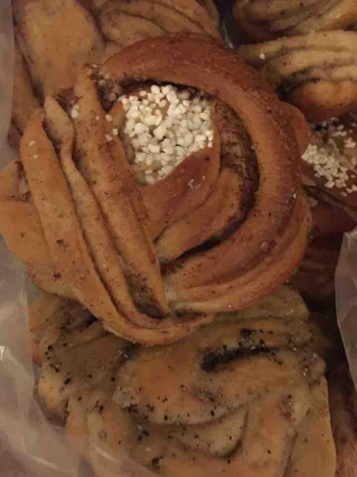 fresh cinnamon and cardamom buns from il café