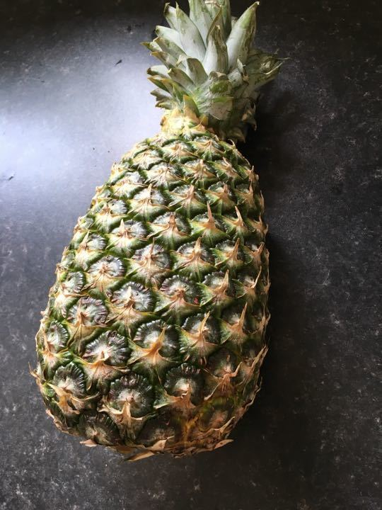Giant pineapple (approx 2.6 kgs)