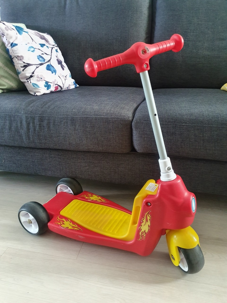 Kids' kick scooter