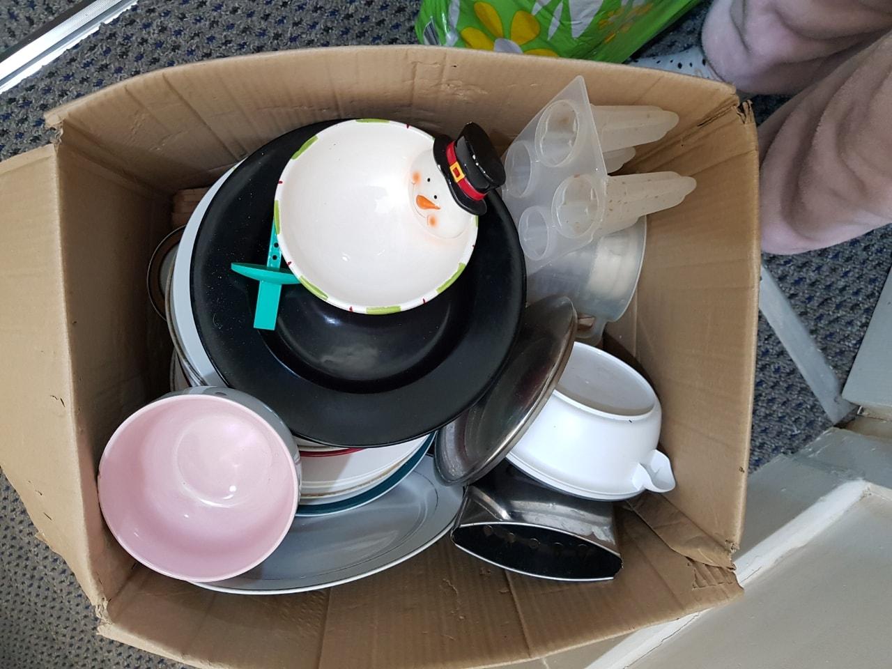 Plates and kitchen bits