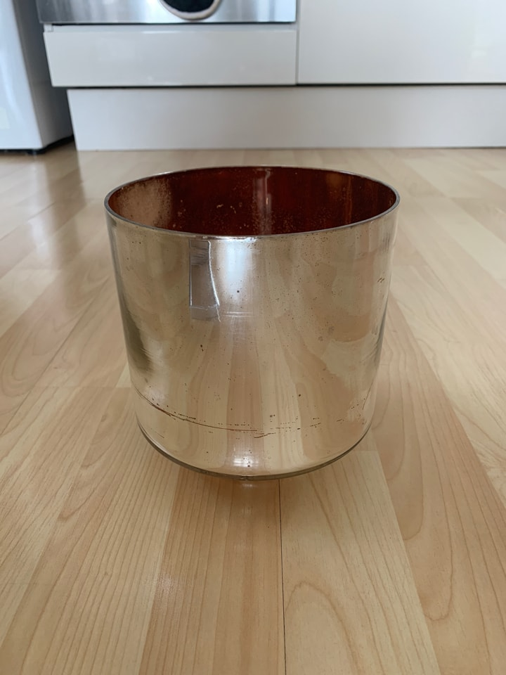 Silver mirror effect pot