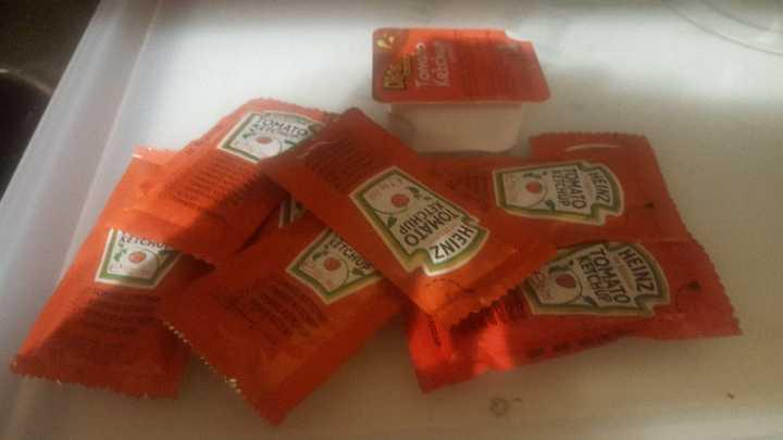 18 x Ketchup sachets
