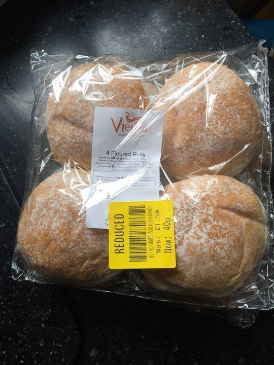 4 pack white floured buns