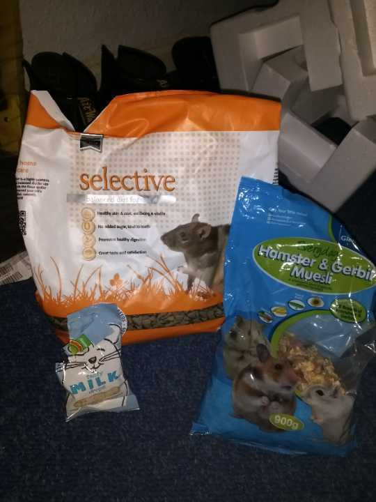 Rat food/rodent snacks