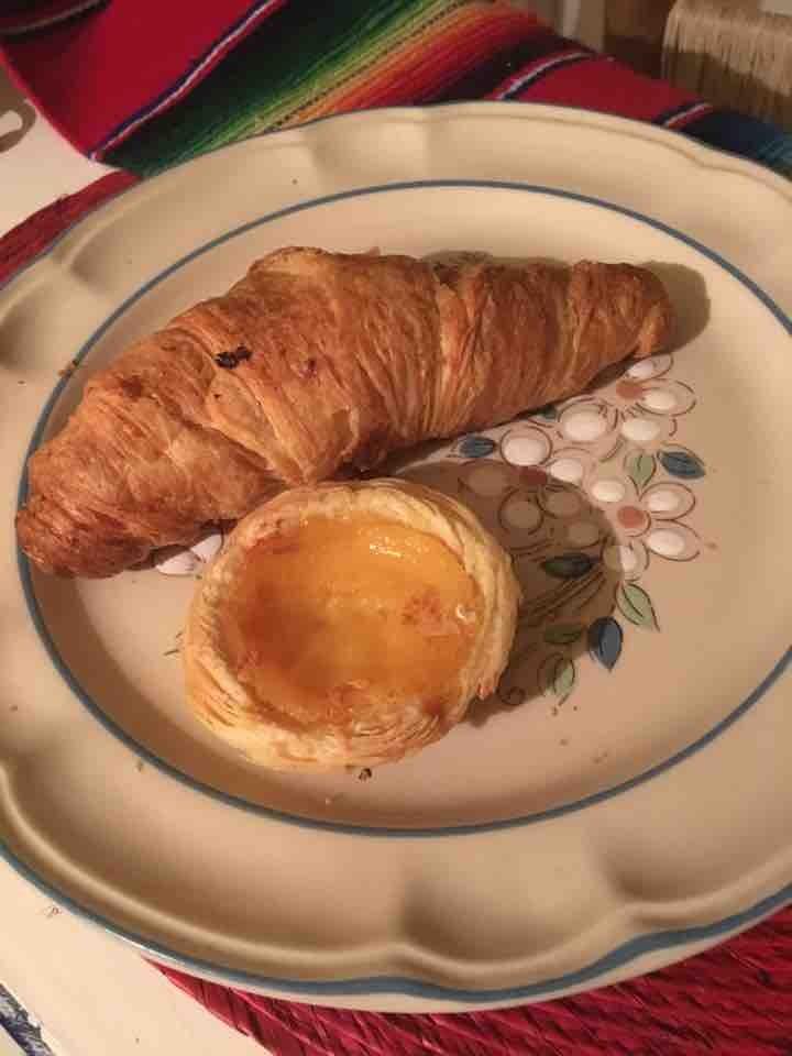 1 croissant natural y un pastel de nata