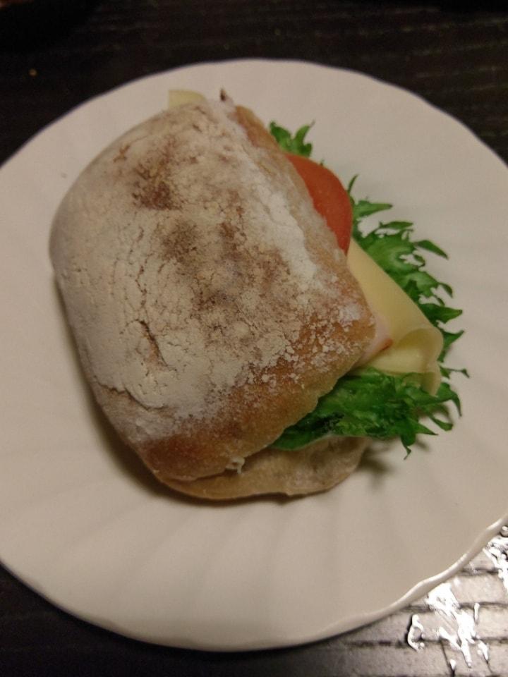 2 White 🍞 sandwiches