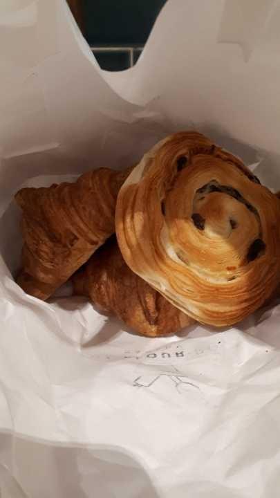 2 x croissants, 1 x pain au raisin