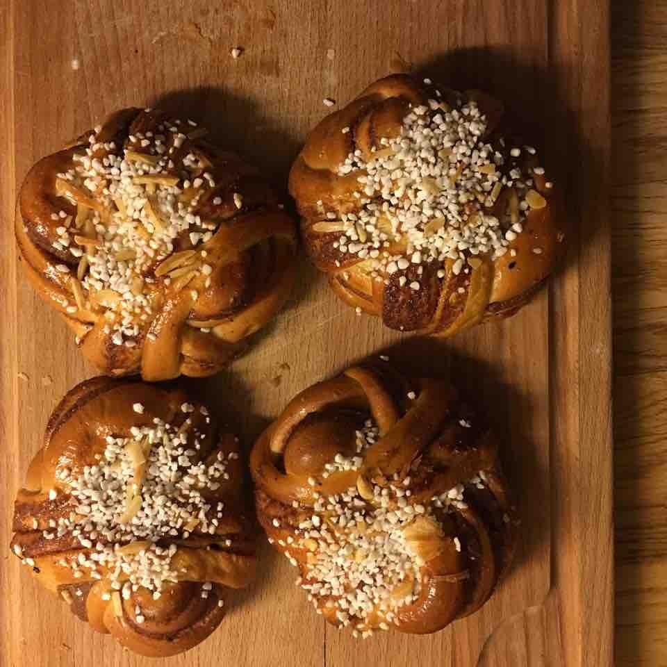 4 cinnamon buns