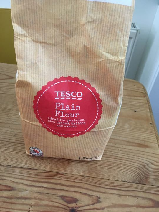 Approx 1kg Tesco plain flour.