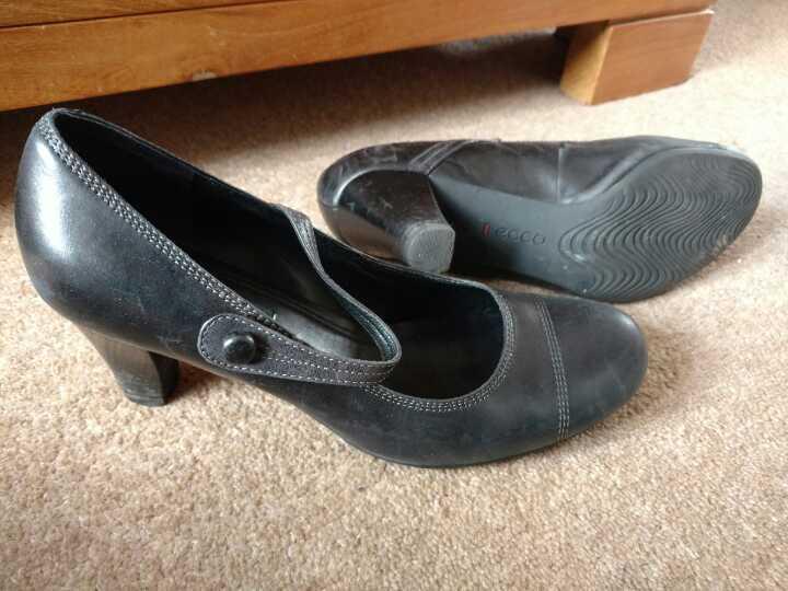 Comfy black 'ecco' shoes size 40 (uk 6?)