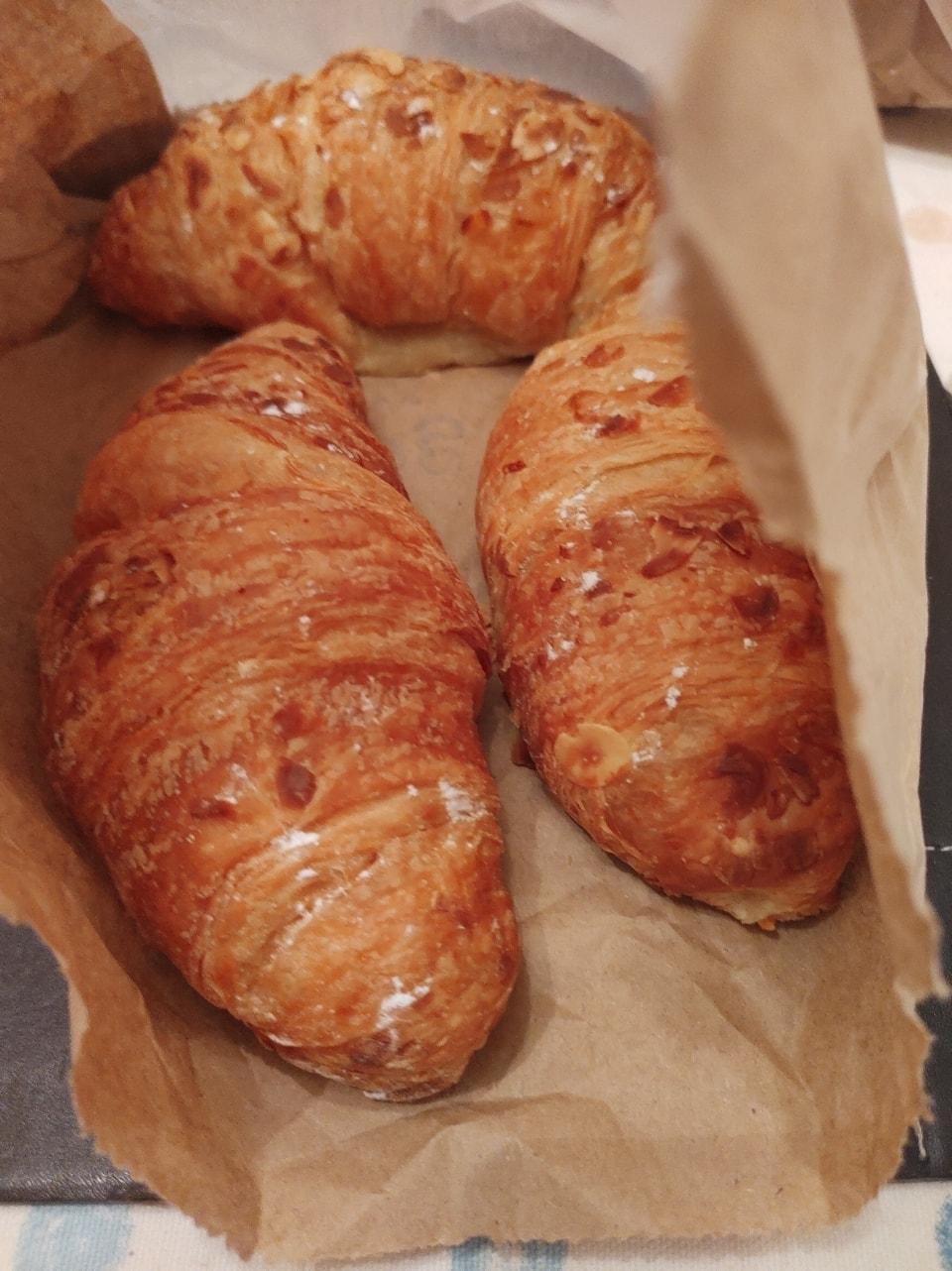 3 almond crossants