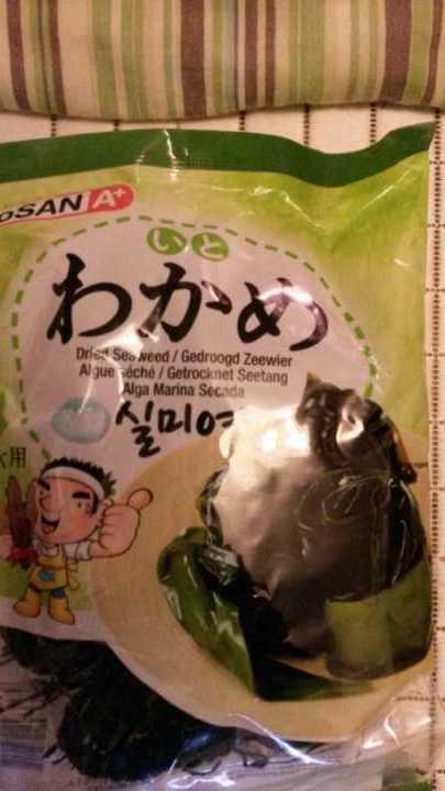 Dried seaweed ( wakame ) .