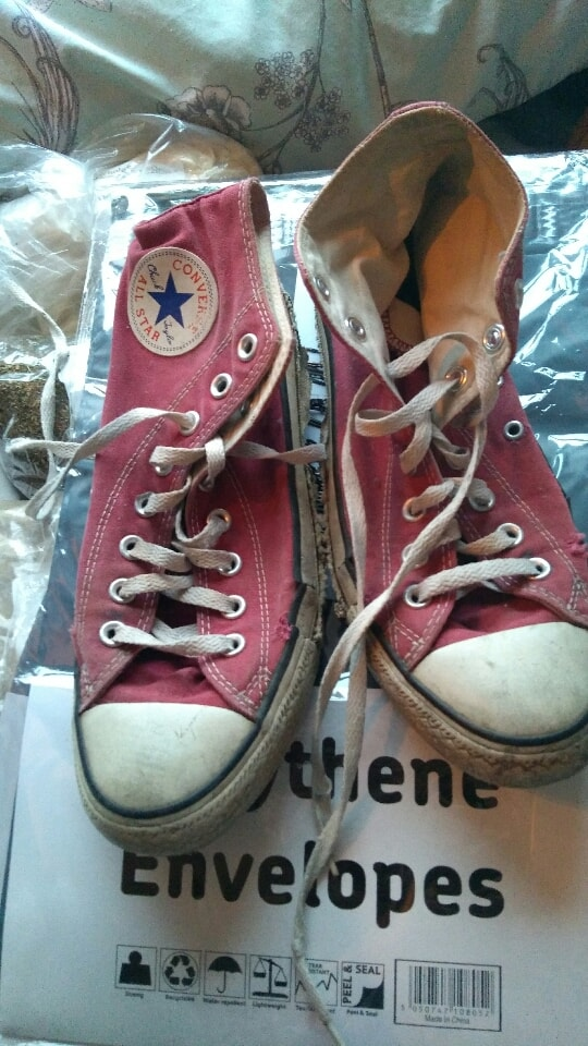 V. Worn converse red high tops SIZE 7/ 40