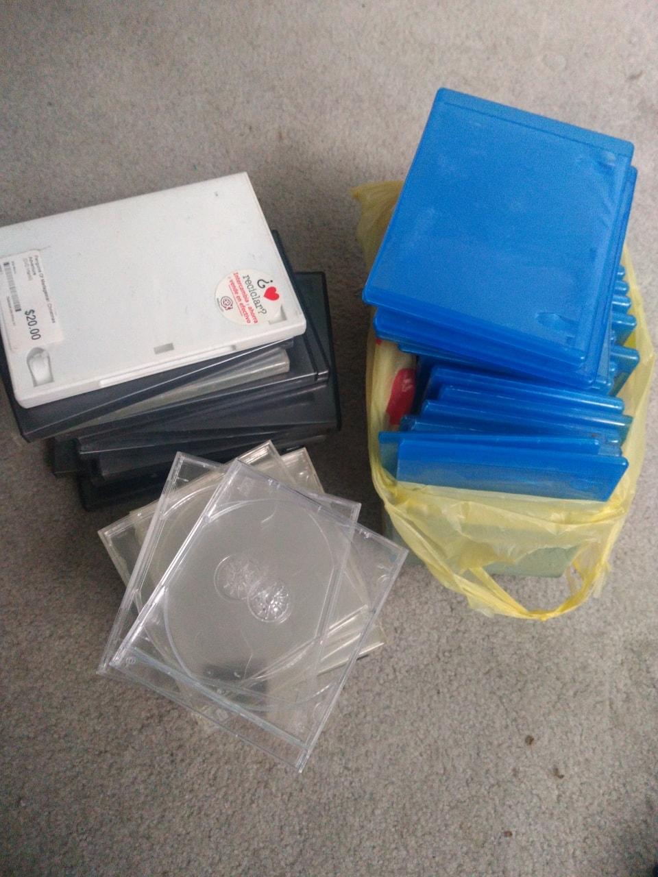 Estuches de DVD, CDs y Blueray usados.