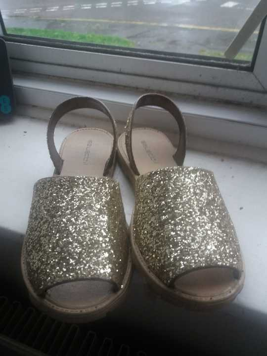 Size 7 gold sparky sandals (will fit size 6-7)