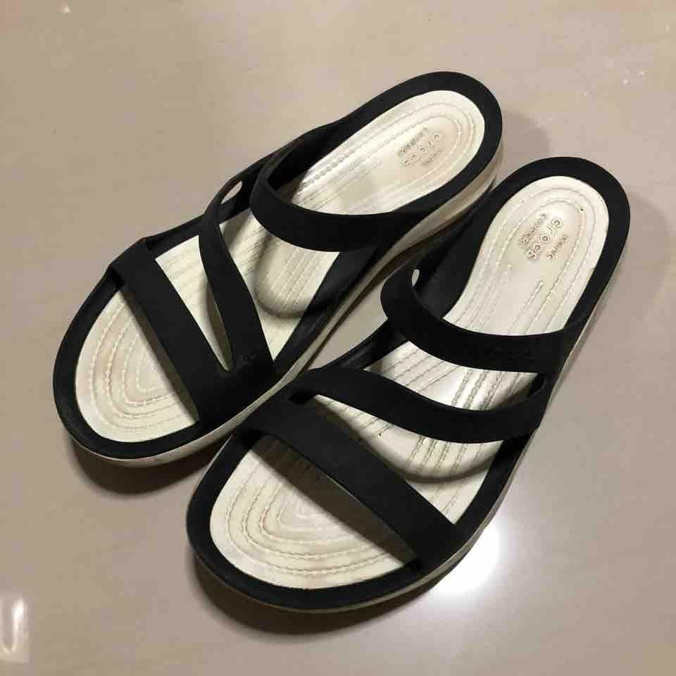Women's Crocs slippers (Size 9)