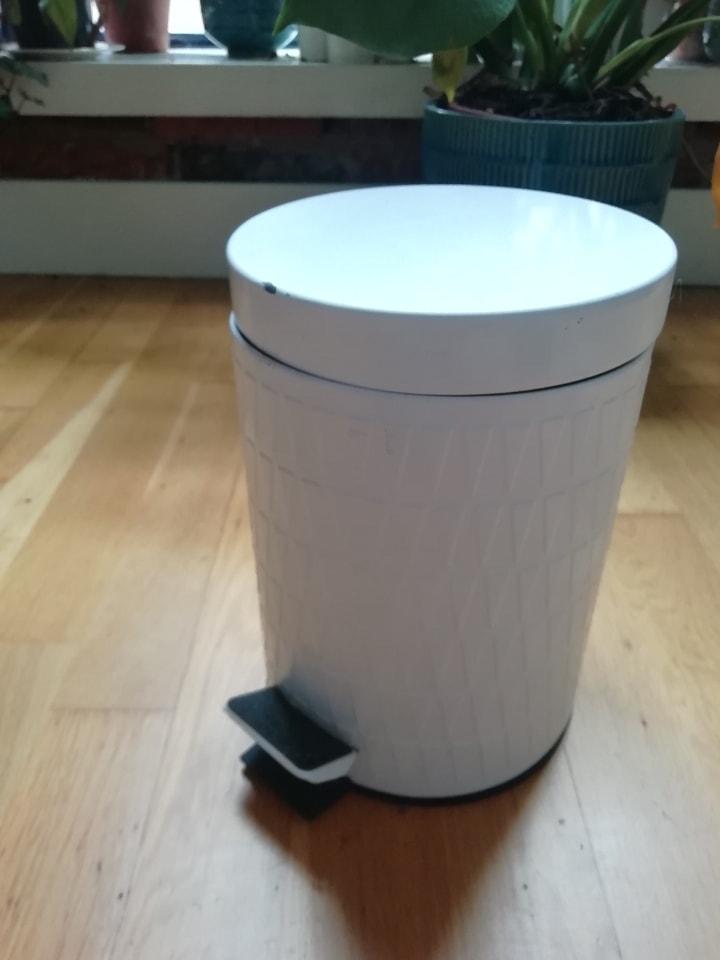 Small pedal bin