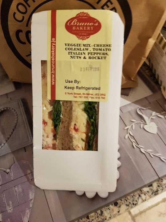 Veggie mix sandwich CONTAINS NUTS