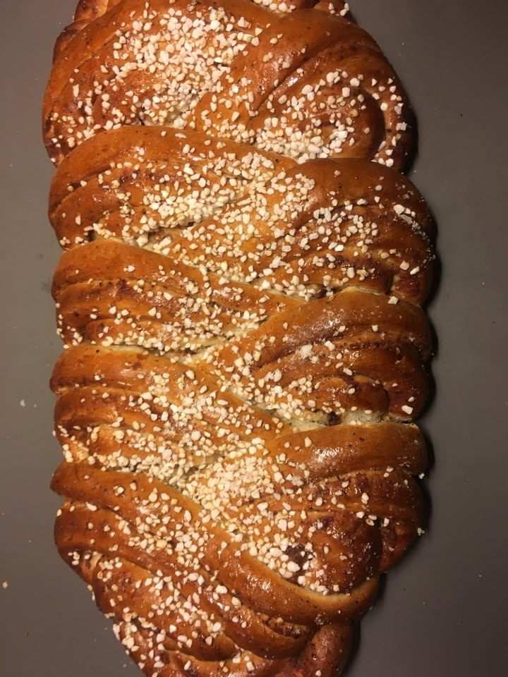 1 big pastry with cinnamon and almonds