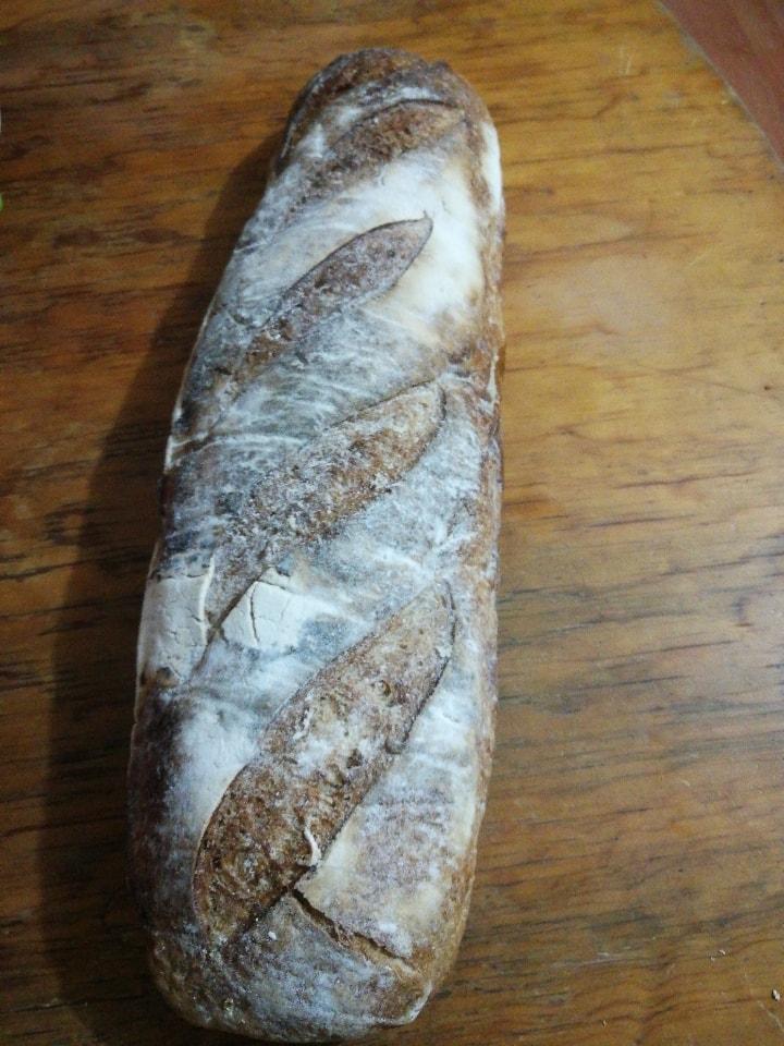 Hogaza de pan blanco completa